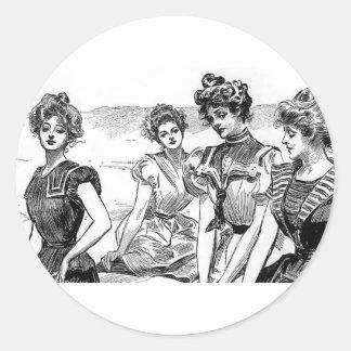 Chicas de Gibson en la playa Pegatina Redonda