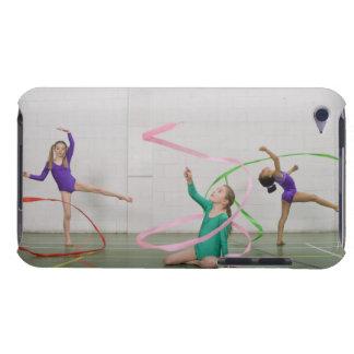 Chicas de la gimnasia que bailan con las cintas barely there iPod coberturas
