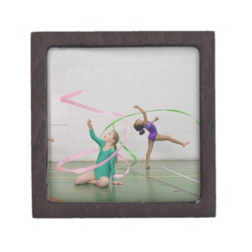 Chicas de la gimnasia que bailan con las cintas cajas de regalo de calidad