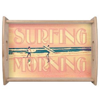 Chicas de la mañana que practican surf con las tab bandejas