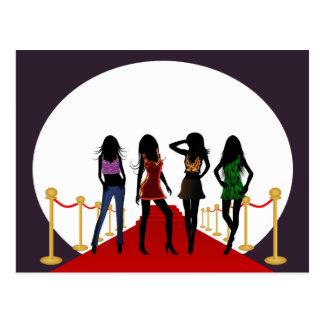 Chicas de la moda en la postal de la alfombra roja