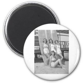 chicas de la persona que practica surf del vintage imán redondo 5 cm