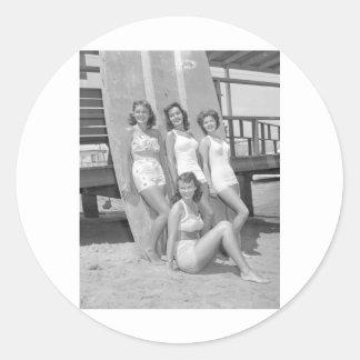 chicas de la persona que practica surf del vintage pegatina redonda