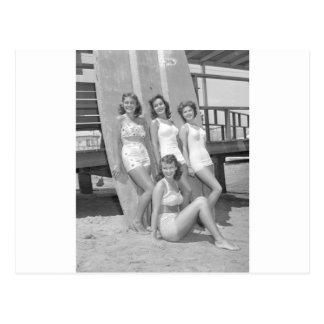 chicas de la persona que practica surf del vintage postal