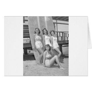 chicas de la persona que practica surf del vintage tarjeta de felicitación