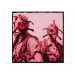 Chicas de las rosas fuertes en caretas antigás postal