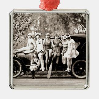 Chicas de Mack Sennett que bañan el vintage del Adorno Navideño Cuadrado De Metal