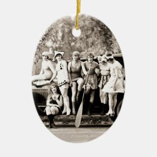 Chicas de Mack Sennett que bañan el vintage del Adorno Navideño Ovalado De Cerámica