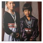 Chicas de Navajo delante de la bandera Teja Cerámica