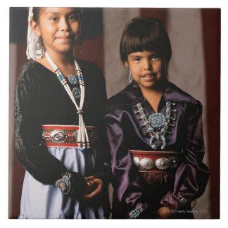 Chicas de Navajo delante de la bandera Azulejo Cuadrado Grande