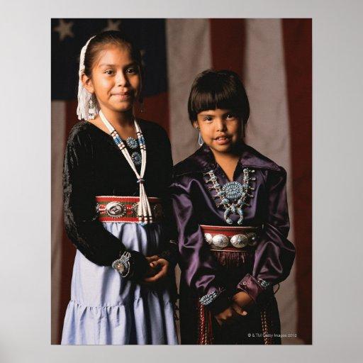 Chicas de Navajo delante de la bandera Poster