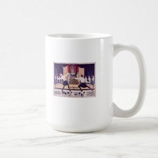 Chicas de París que cercan la taza de café