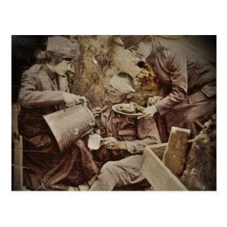 Chicas del buñuelo con el soldado herido postal