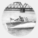 Chicas del encanto en barco de la velocidad pegatina redonda