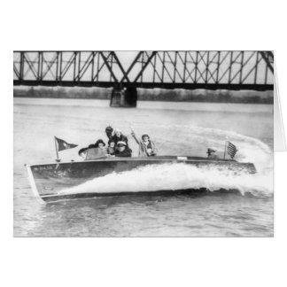 Chicas del encanto en barco de la velocidad felicitacion