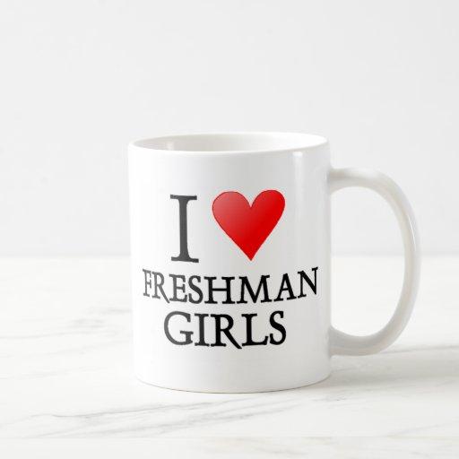 Chicas del estudiante de primer año del corazón I Taza Básica Blanca