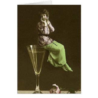 Chicas del vintage para arriba en glas del vino tarjetas