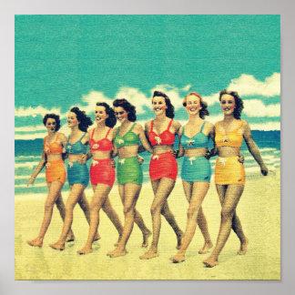 Chicas del vintage que caminan abajo de la playa poster