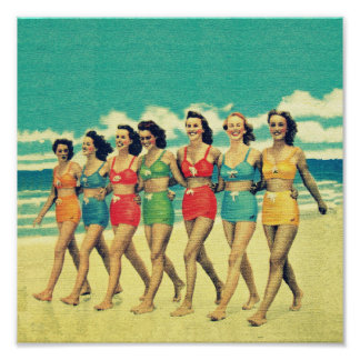 Chicas del vintage que caminan abajo de la playa póster