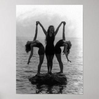 Chicas en la presentación en una roca en el agua impresiones