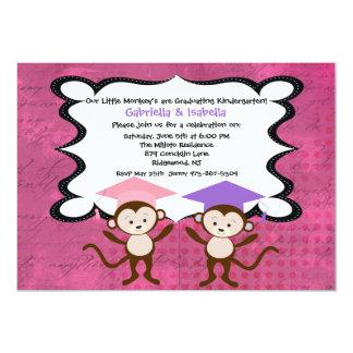 Chicas gemelos Monkeying alrededor la invitación