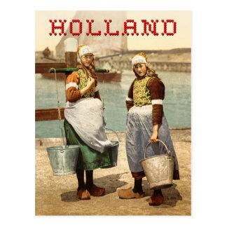 Chicas holandeses en traje y estorbos postales