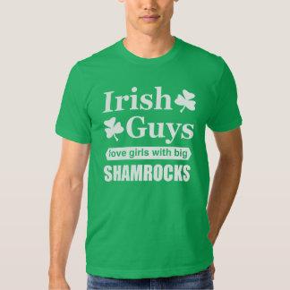 Chicas irlandeses del amor de los individuos con remera