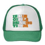 Chicas irlandeses que beben al equipo gorras de camionero