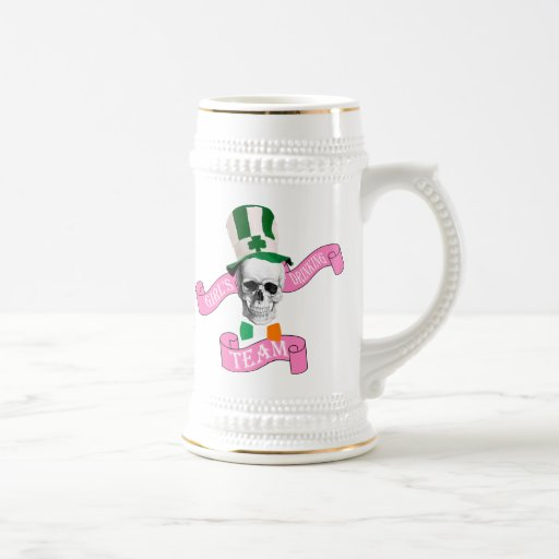 Chicas irlandeses que beben al equipo jarra de cerveza