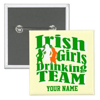 Chicas irlandeses que beben el día de St Patrick d Pin Cuadrado