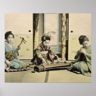 """Chicas japoneses que juegan la flauta, el """"koto"""" y impresiones"""