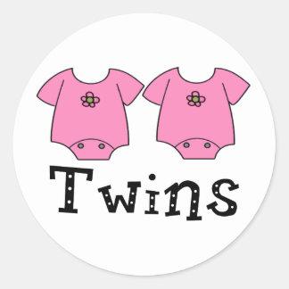 Chicas lindos del mono 2 de los gemelos pegatina redonda
