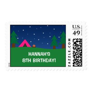 Chicas marchosas del cumpleaños que acampan sello