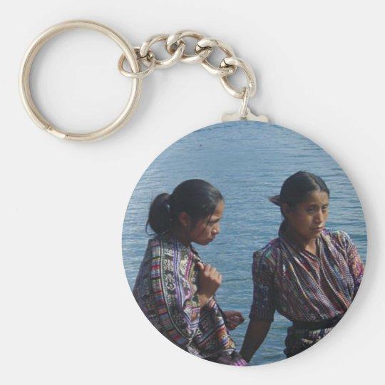 Chicas mayas en el lago llavero redondo tipo pin