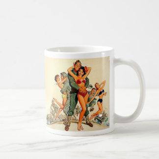 Chicas modelos e individuos del ejército taza de café