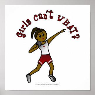 Chicas oscuros lanzamiento de peso en uniforme del póster