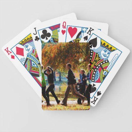 Chicas que activan en un día del otoño barajas de cartas
