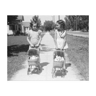 Chicas que empujan los cochecillos de bebé, 1941 impresión de lienzo