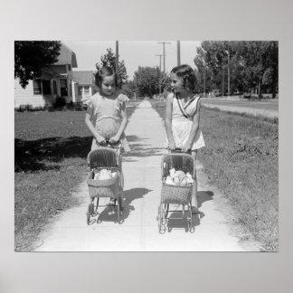 Chicas que empujan los cochecillos de bebé, 1941. póster