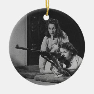 Chicas que entrenan en puntería del rifle del cuer ornamentos de reyes