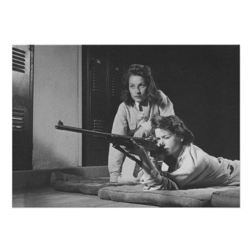 Chicas que entrenan en puntería del rifle del cuer anuncio personalizado