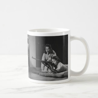 Chicas que entrenan en puntería del rifle del cuer tazas de café