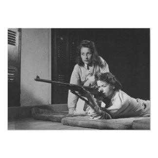 """Chicas que entrenan en puntería del rifle del invitación 5"""" x 7"""""""