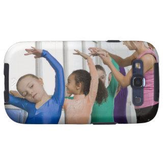 Chicas que estiran en clase de la gimnasia galaxy SIII cobertura