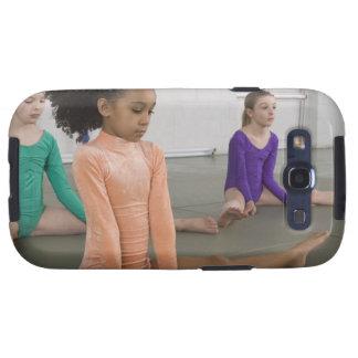 Chicas que estiran en práctica de la gimnasia samsung galaxy s3 protectores