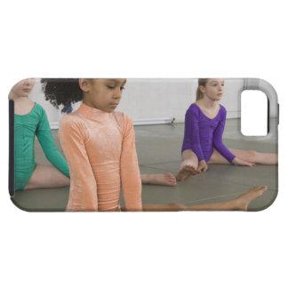 Chicas que estiran en práctica de la gimnasia iPhone 5 funda