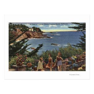 Chicas que gozan de una Vista de las orillas de Tarjetas Postales