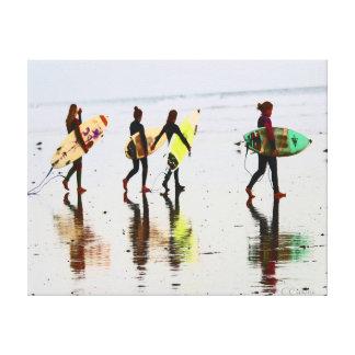 Chicas que practican surf impresión en lienzo estirada