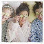 Chicas que tienen un facial azulejo ceramica