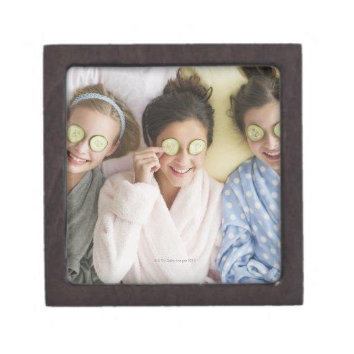 Chicas que tienen un facial cajas de recuerdo de calidad